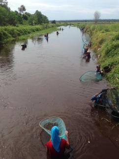 Fishers trying their luck in Kereng Bangkirai, Central Kalimantan. Photo by Sara Thornton.